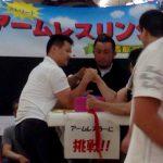 宇和島市の土曜夜市で今年もアームレスラーに挑戦のコーナーを設置