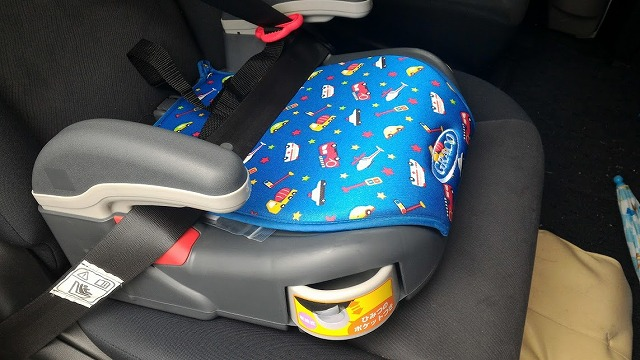 車の柄のシートのジュニアシートです。